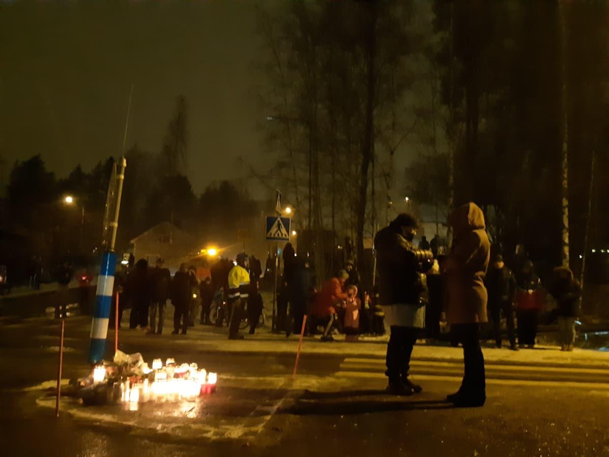 Ihmiset vievät kynttilöitä kuolonkolaripaikalle Vaajakoskella.