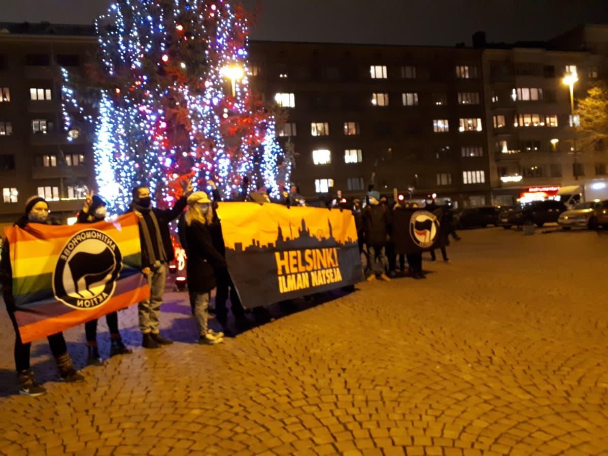 Töölöntorilla nähtiin itsenäisyyspäivän iltana lyhyt mielenosoittajien kokoontuminen. Tilanne oli ohi muutamissa minuuteissa poliisin kehotettua joukkoja hajaantumaan.