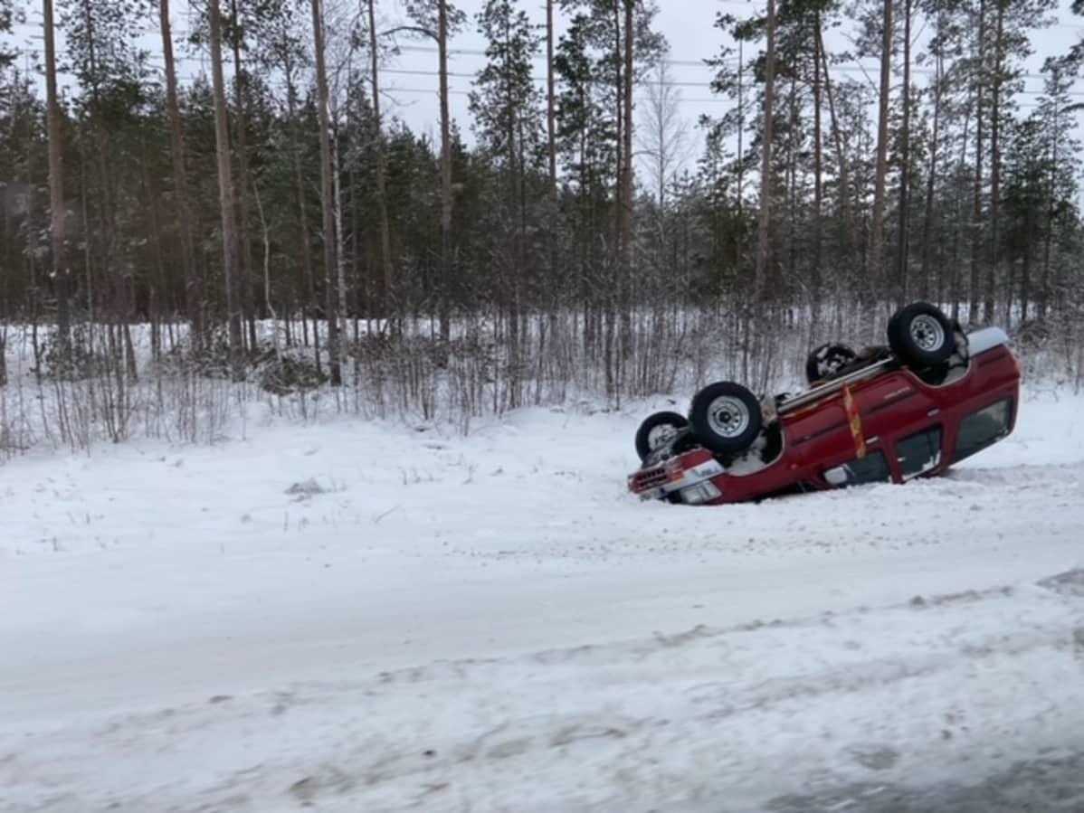 Onnettomuusauto katollaan ojassa.