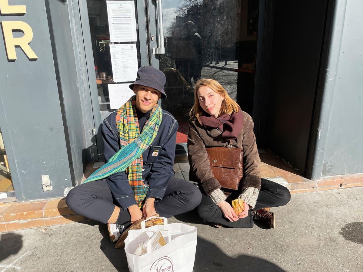 Juliette de Rengervé ja Paul Couralet käyttävät kyllä maskia normaalisti, mutta eivät lounaalla. Kahvilat ja ravintolat myyvät ruokaa vain ulos, joten asiakkaiden täytyy etsiä syöntipaikka kadulta.