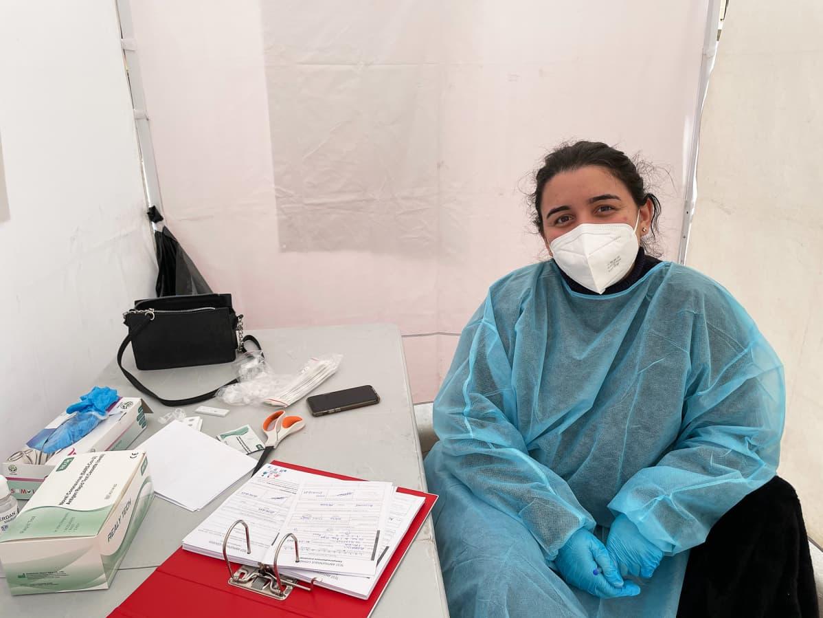 Allon Mensah antaa teltassaan virustestituloksen 15 minuutissa. Hän toivoisi pariisilaisten käyttävän pikatestejä enemmän.