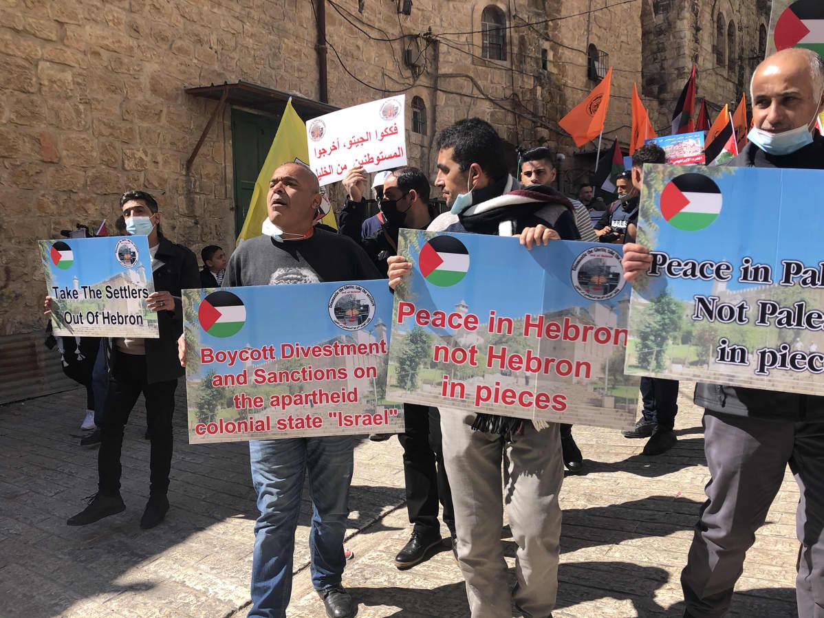 Hebron miekkari ja plakaatit