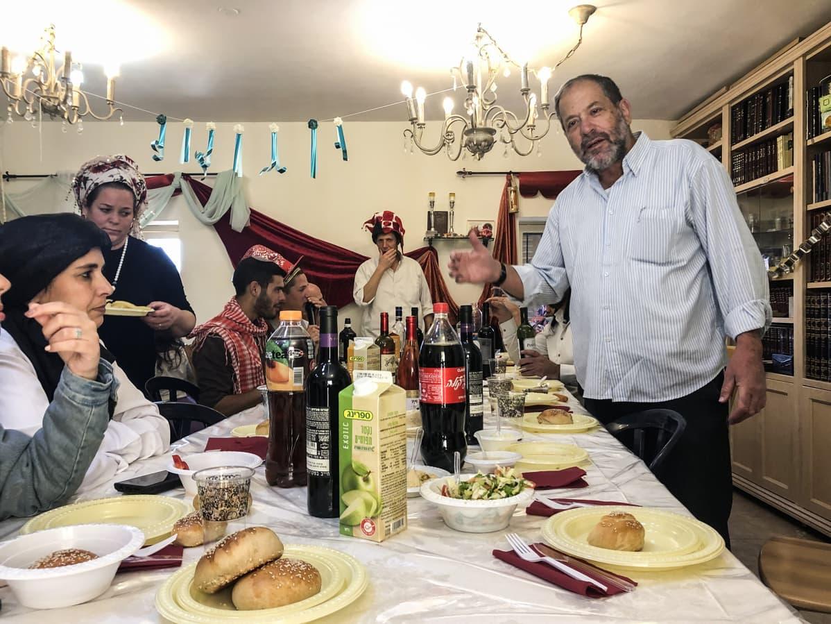 Noam Arnon viettää perheensä kanssa purim-juhlaa