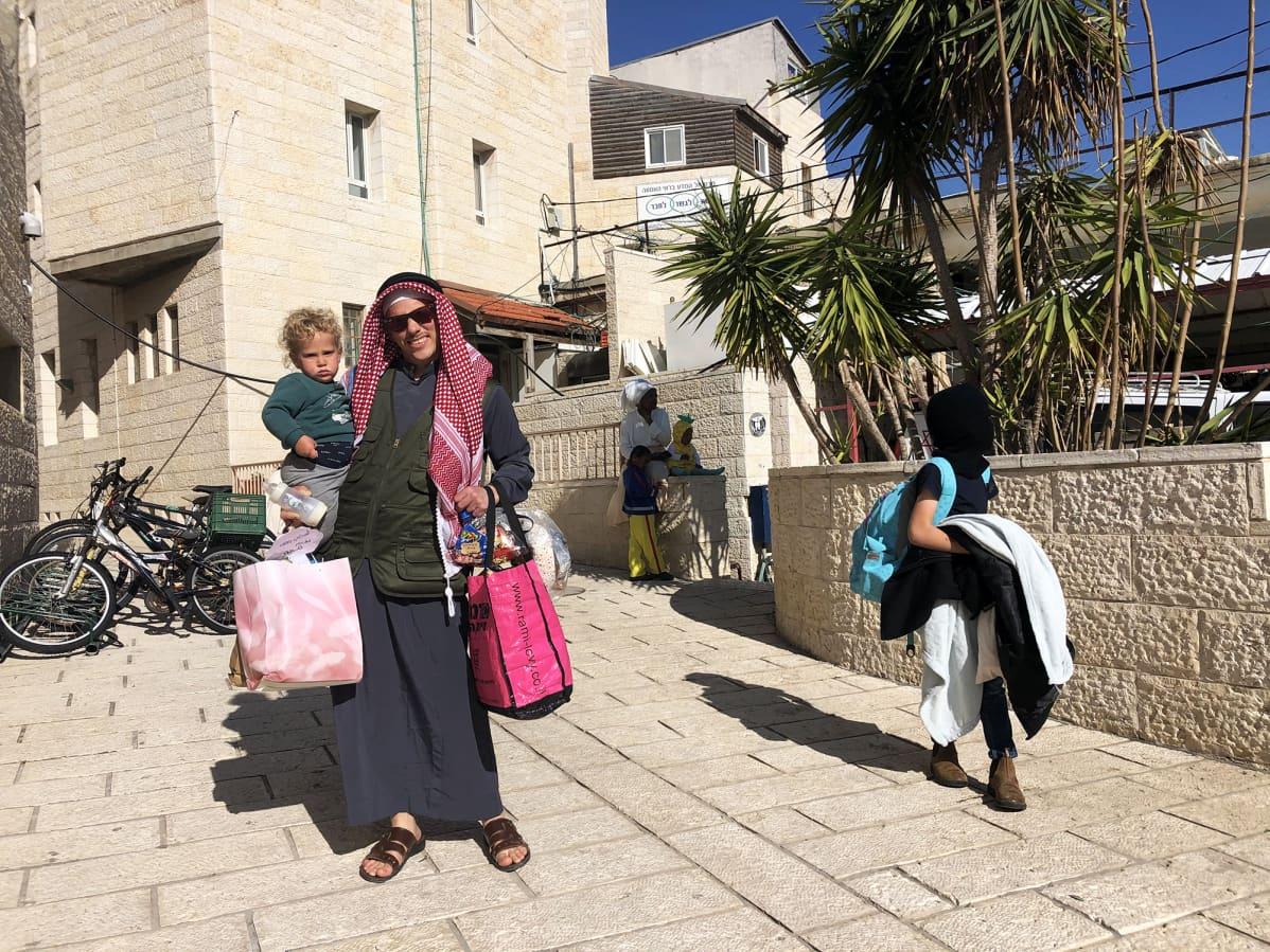 Arabiksi pukeutunut siirtokuntalainen Hebronissa purim-juhlan aikaan.