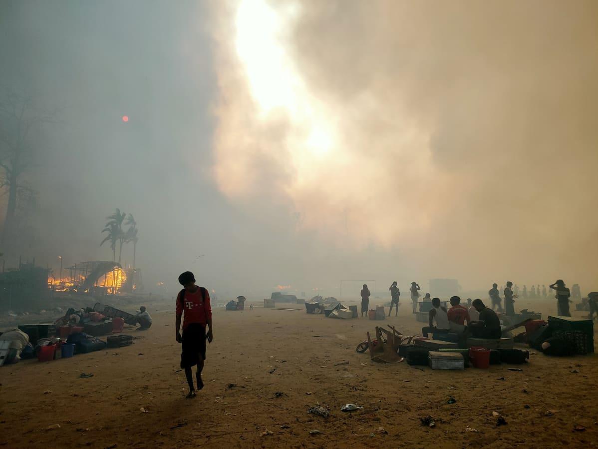 Tulipalo pakolaisleirillä Cox's Bazarissa Bangladeshissa.