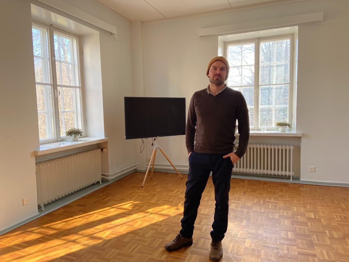 """Antti Tuomola ihmettelee sopimuksen ehtoja: """"Miksi saan pyytää kokousasiakkaalta vaikka tuhannen euron neliövuokraa yhdestä päivästä, kun en saa pyytää itseltäni markkinahintaista vuokraa, eli miksi kaupunki haluaa, että poljen markkinahintoja vuokra-asuntojen suhteen?"""""""