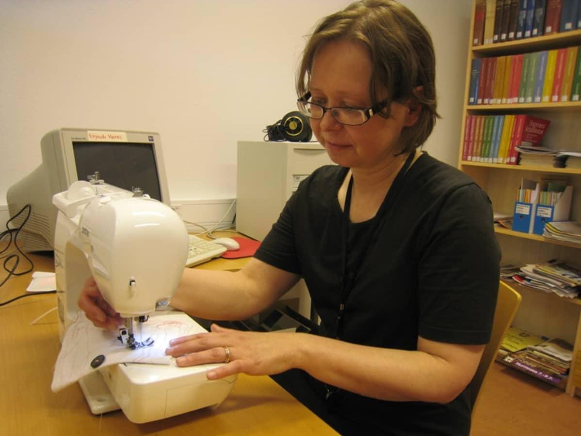 Jaana Viljanen näyttää mallia, miten ompeleminen sujuu.