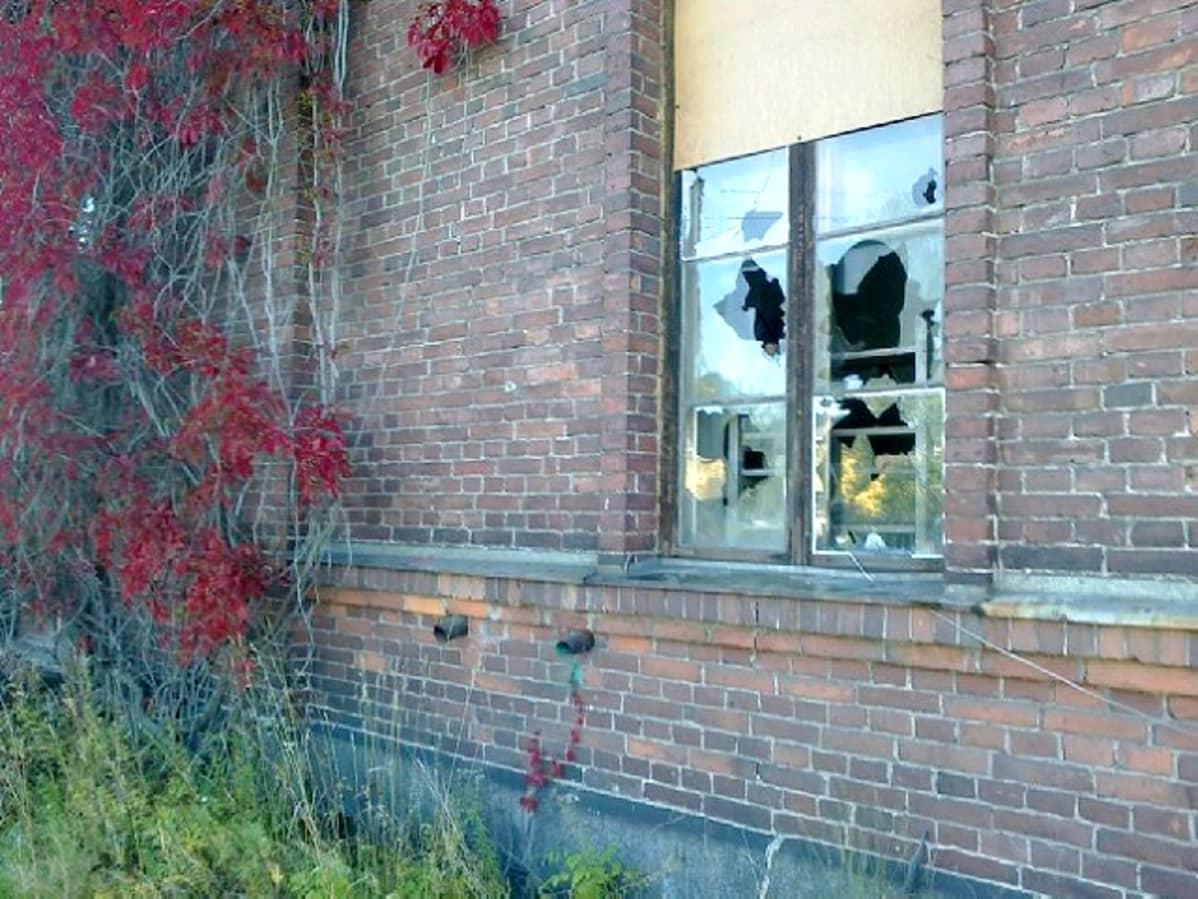 Rikottu ikkuna Mytäjäisten varikon rakennuksessa.