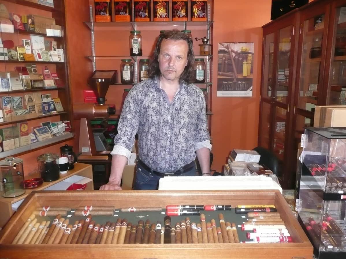 Simo Suokas pitää Turussa tupakkakauppaa.