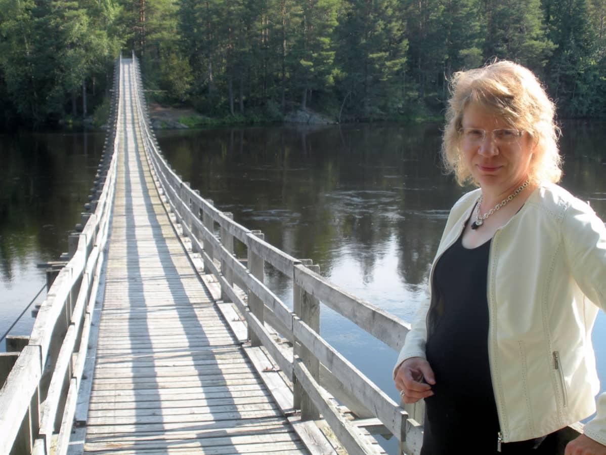 Utajärven tekninen johtaja Mirja Savolainen Ahmaskosken sillalla