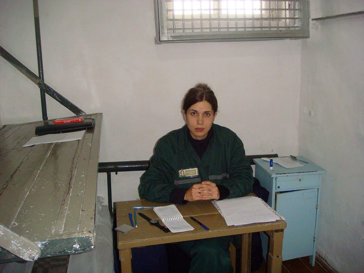 Punkperformanssiryhmä Pussy Riotin jäsen Nadežda Tolokonnikova eristyssellissään Partzan kylässä sijaitsevassa vankilassa.