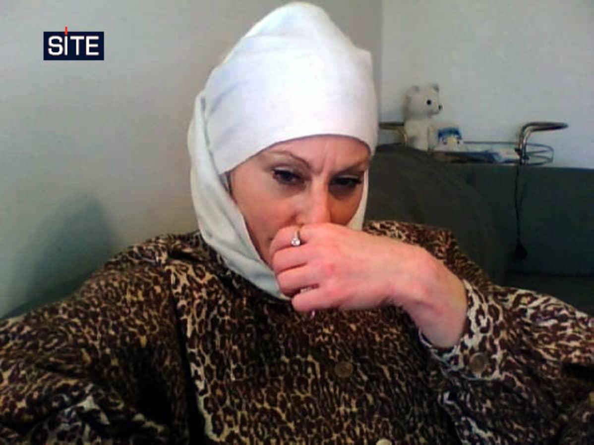 Yhdysvaltalaissyntyinen Colleen LaRose käsi kasvojen edessä.