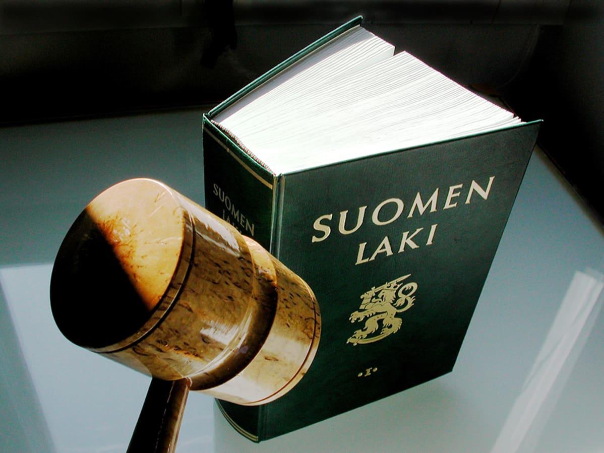 Suomen lain ensimmäinen osa ja puheenjohtajan nuija.
