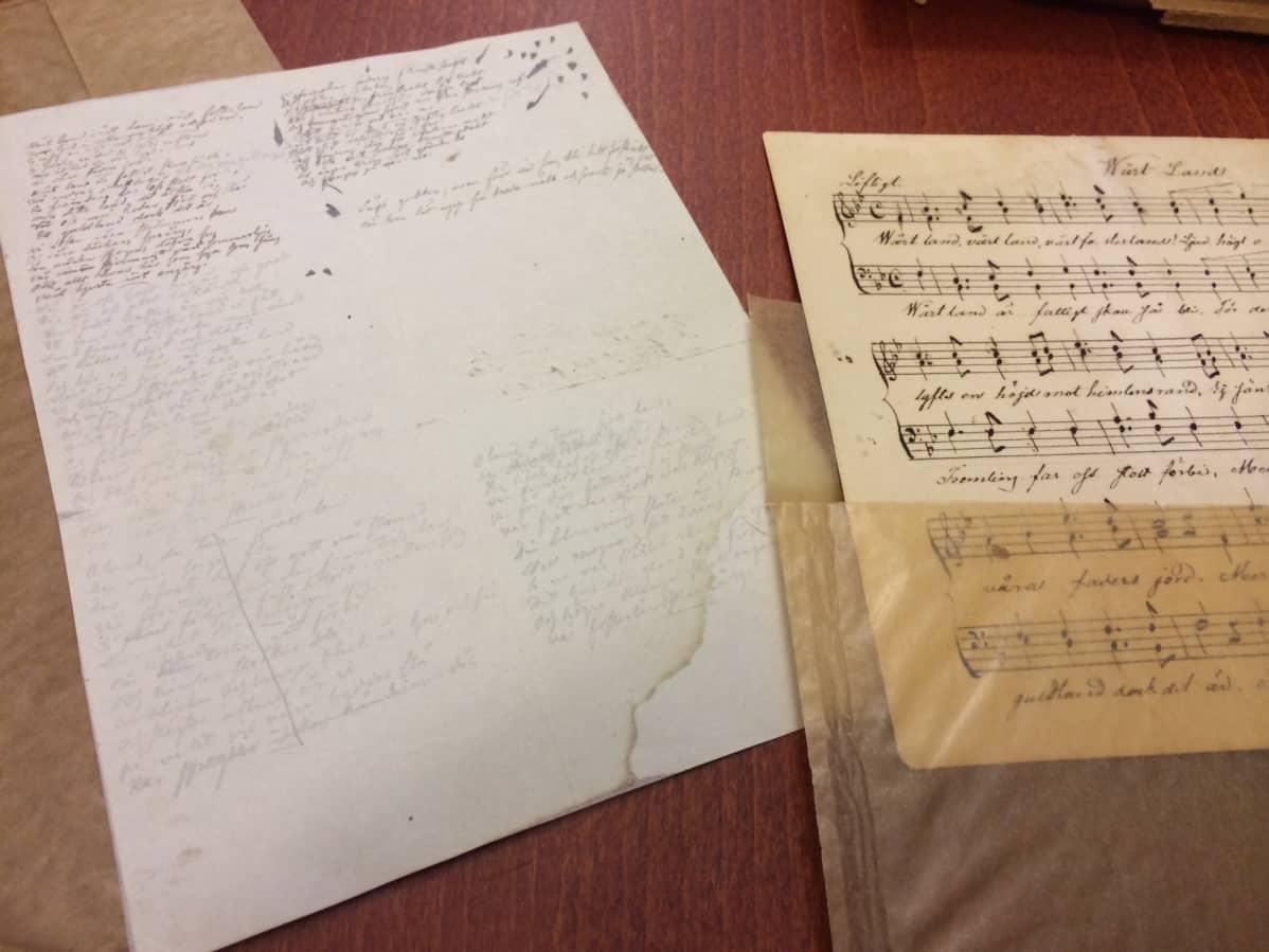 Vänrikki Stoolin tarinoiden ensimmäinen runo tunnetaan Suomen kansallislauluna Maamme (Vårt land). Runon käsinkirjoitettu ensimmäinen versio sijaitsee Helsingissä Svenska litteratursällskapet i Finlandin arkistossa.