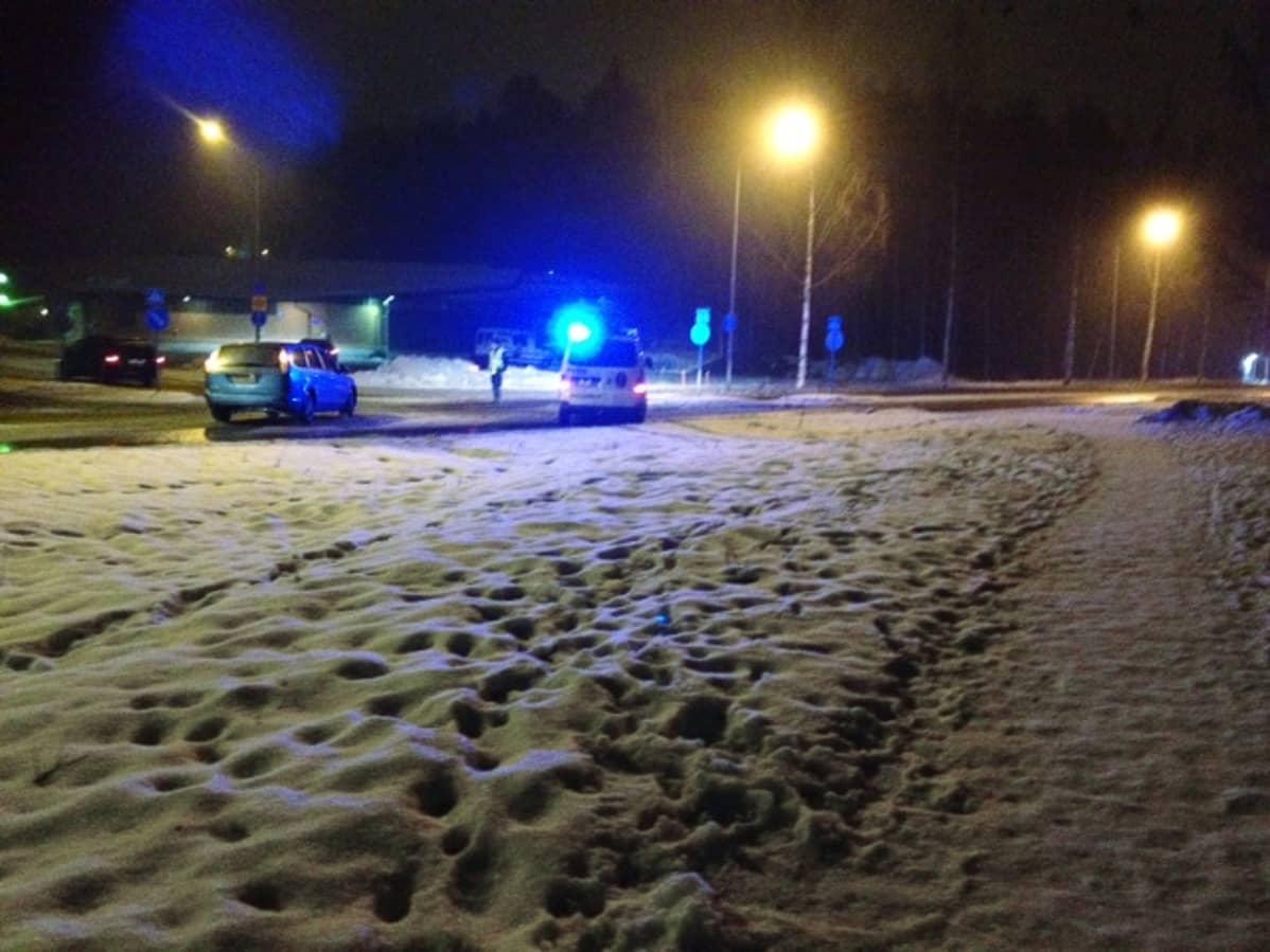 Poliisiauto risteyksessä.