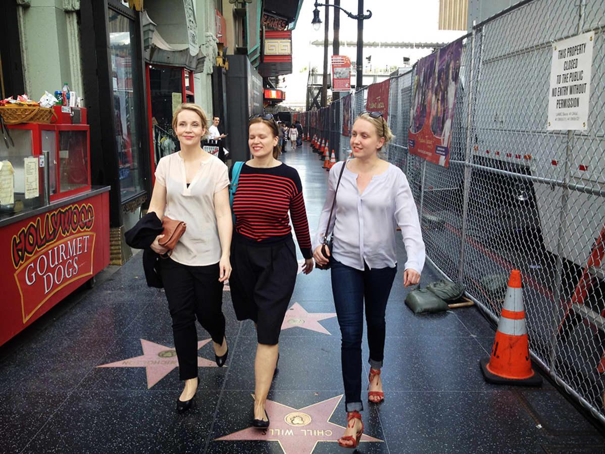 Kirsikka Saari (vas.), Selma Vilhunen ja Elli Toivoniemi Hollywoodin Walk of Famella.