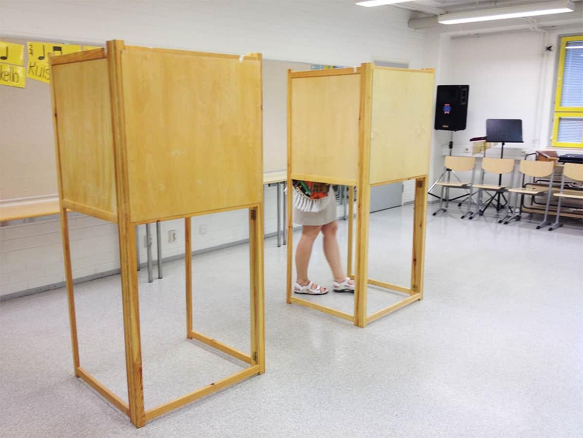 Nainen äänestyskopissa