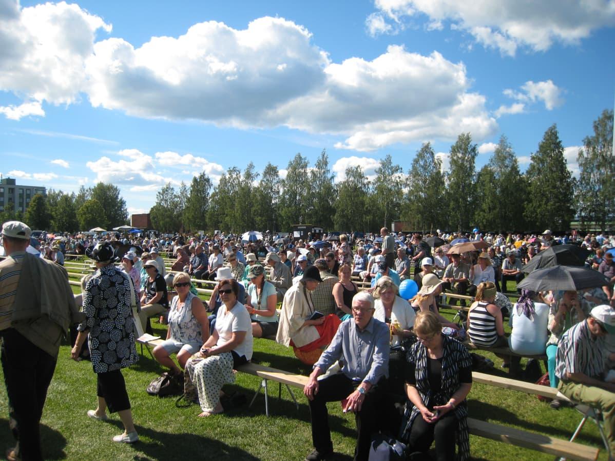 Päiväseuroihin hiljentyi yli 12 000 seuravierasta.