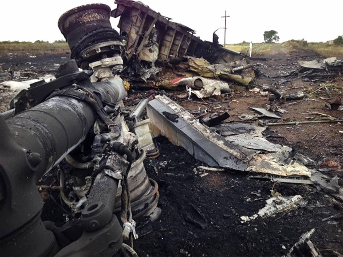 Tuhoutuneen koneen runkoa turmapaikalla.