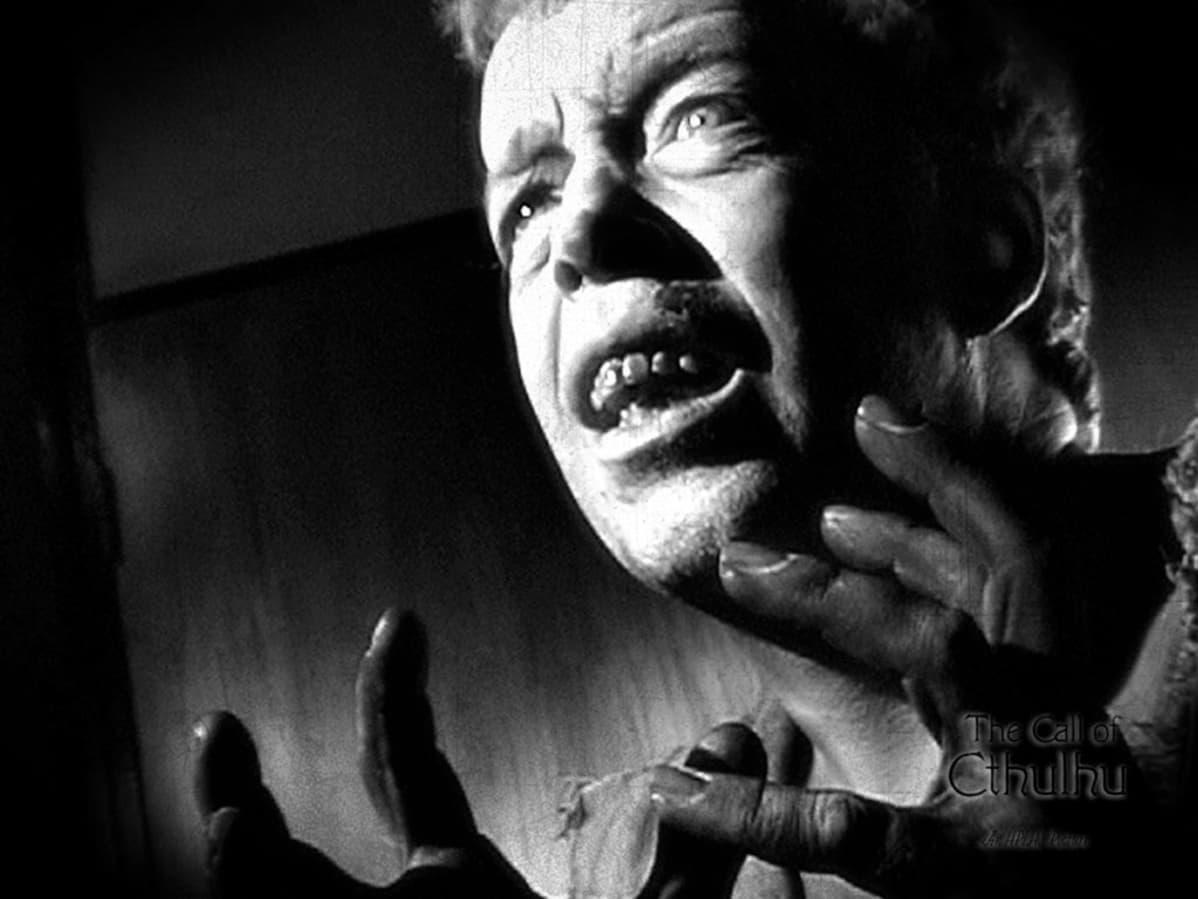 """Stilkuva elokuvasta """"The Call of Cthulhu"""". Kuvassa näyttelijä Clarence Henry Hunt Castron roolihahmossa."""