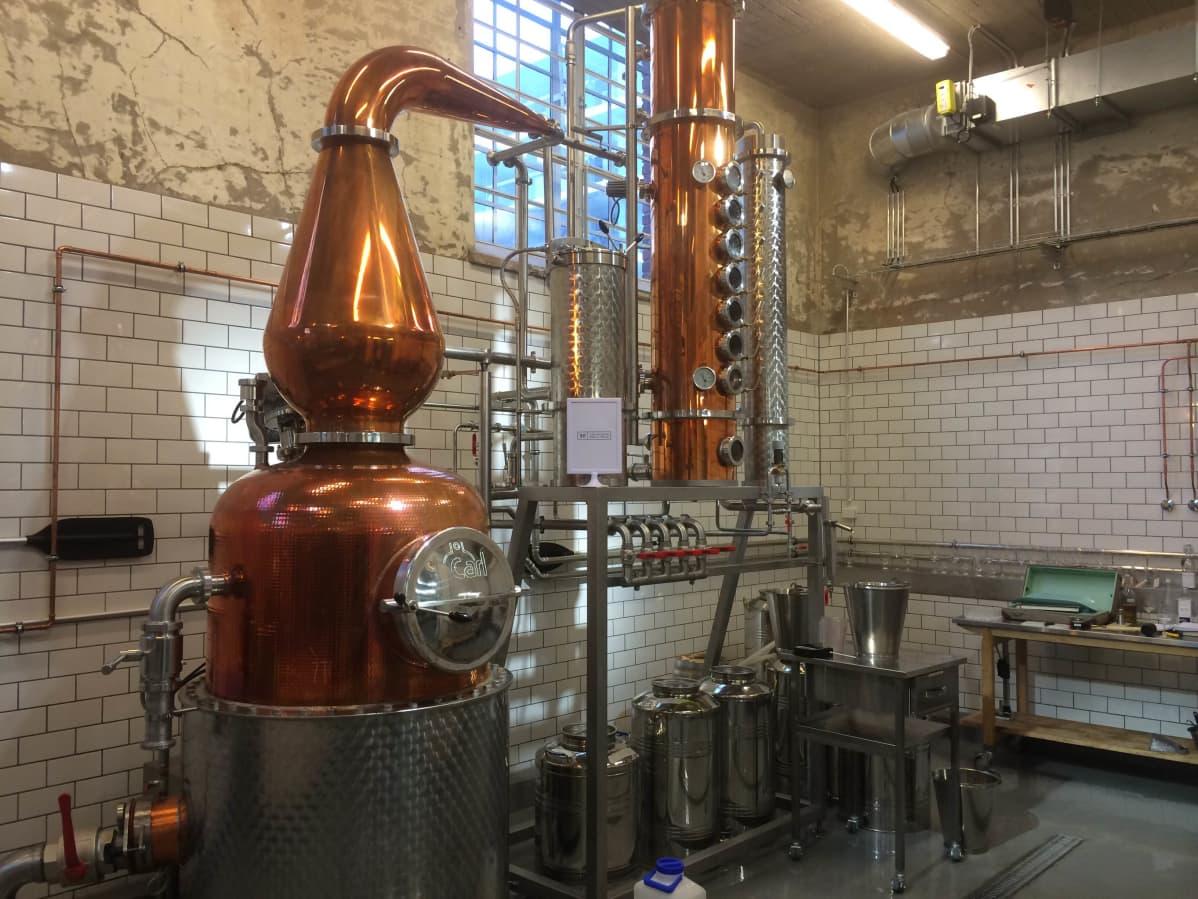 Viskin pitää kypsyä ainakin kolme vuotta, ennen kuin sitä voi EU-alueella kutsua viskiksi. Helsinki Distilling Companyn viskiä saa siis ensimmäisen kerran vasta vuonna 2017.