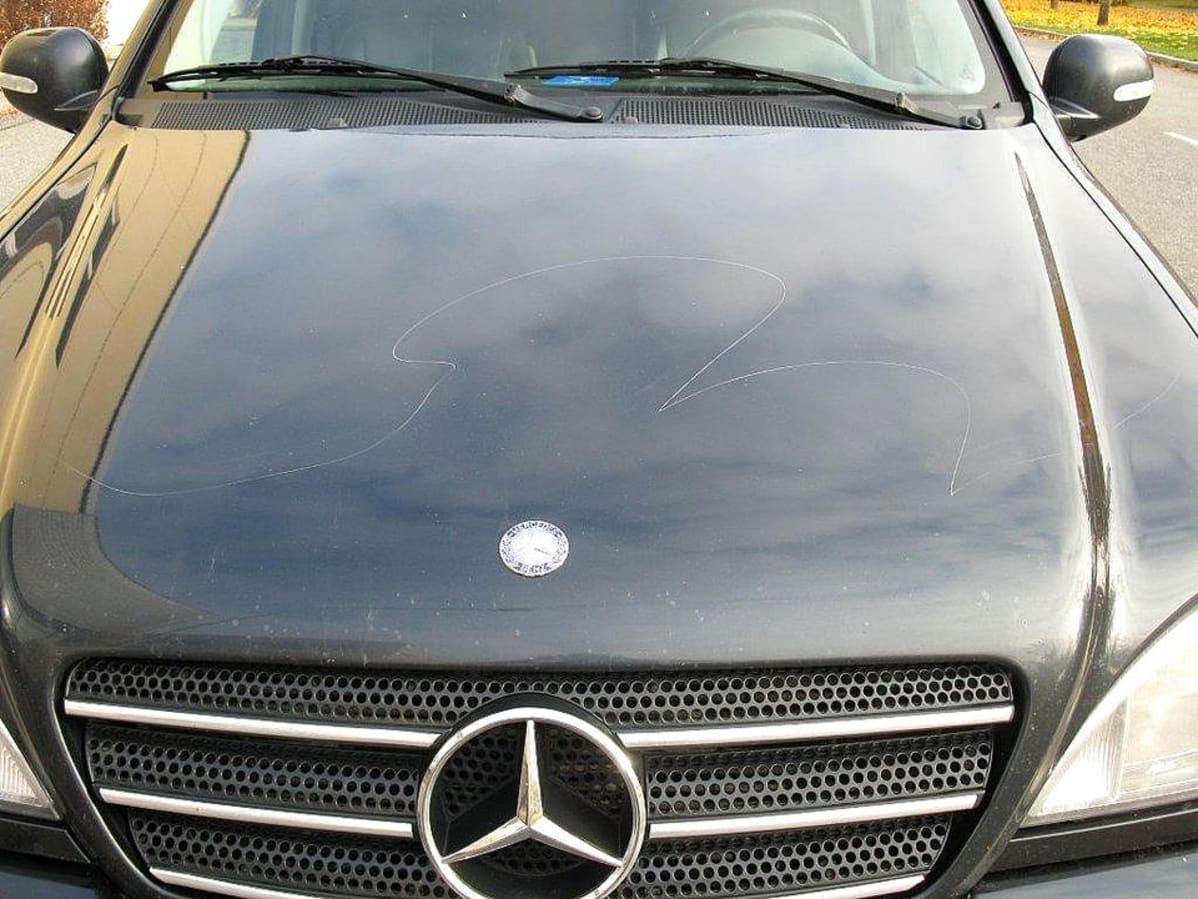 Kuvassa autoon tehtyjä naarmuja
