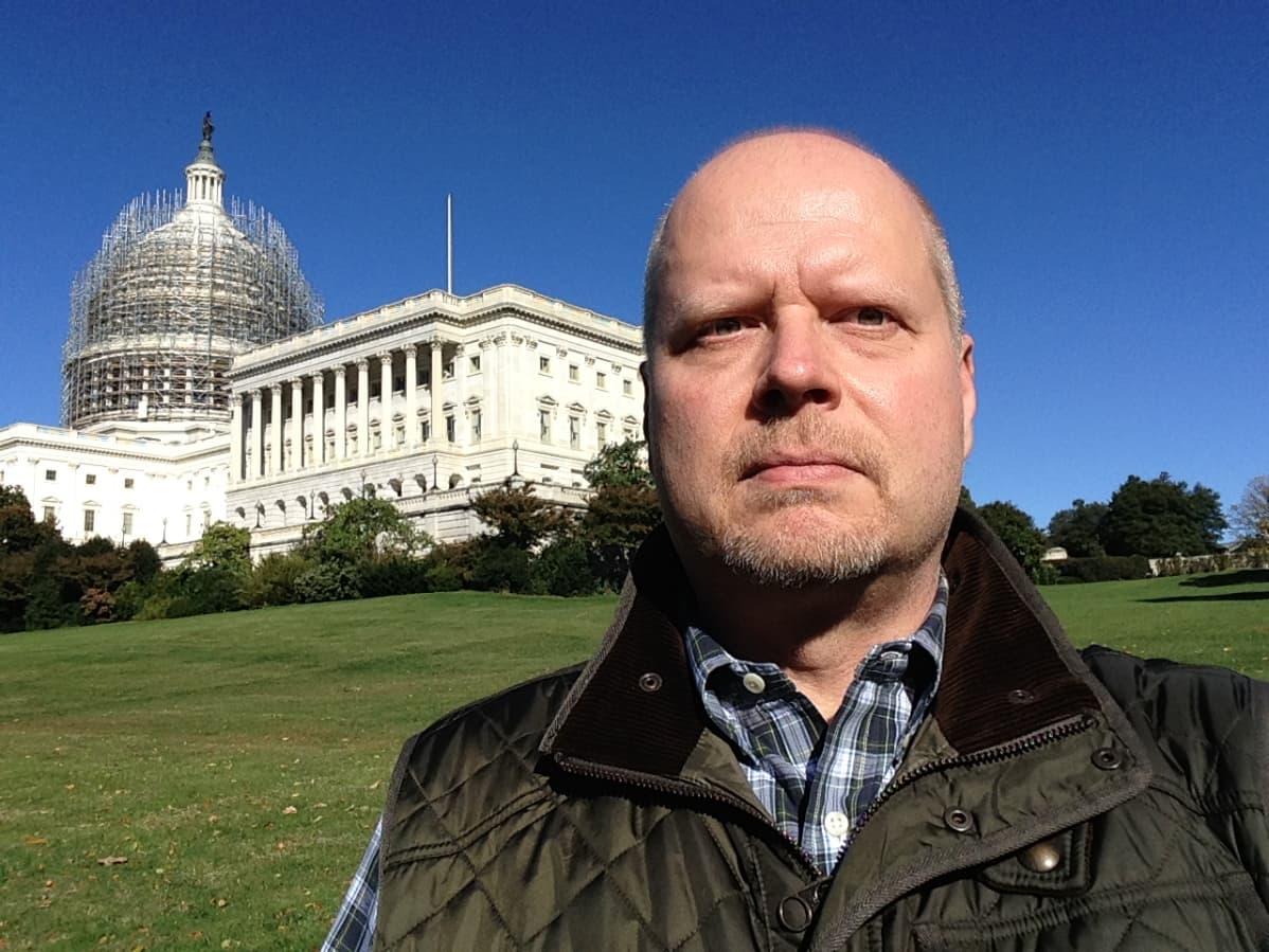 Kirjeenvaihtaja Olli-Pekka Sulasma Washingtonissa Capitol-kukkulalla.