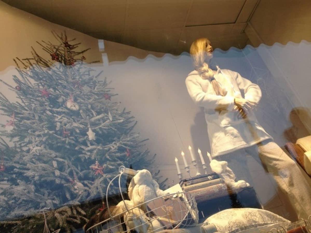 Tavaratalon näyteikkuna jouluasussa