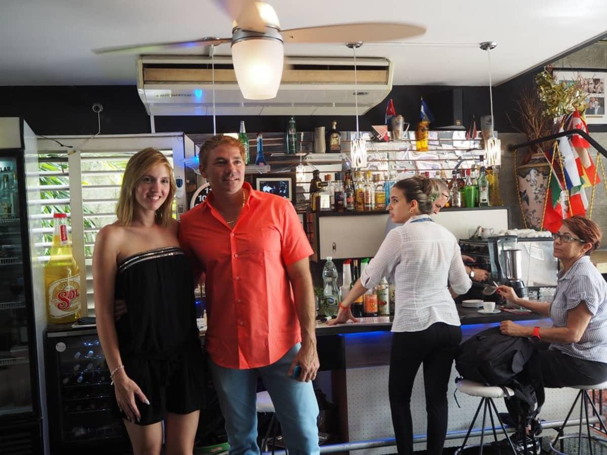 Alejandro Robaina vaimonsa kanssa ravintolan baarissa.
