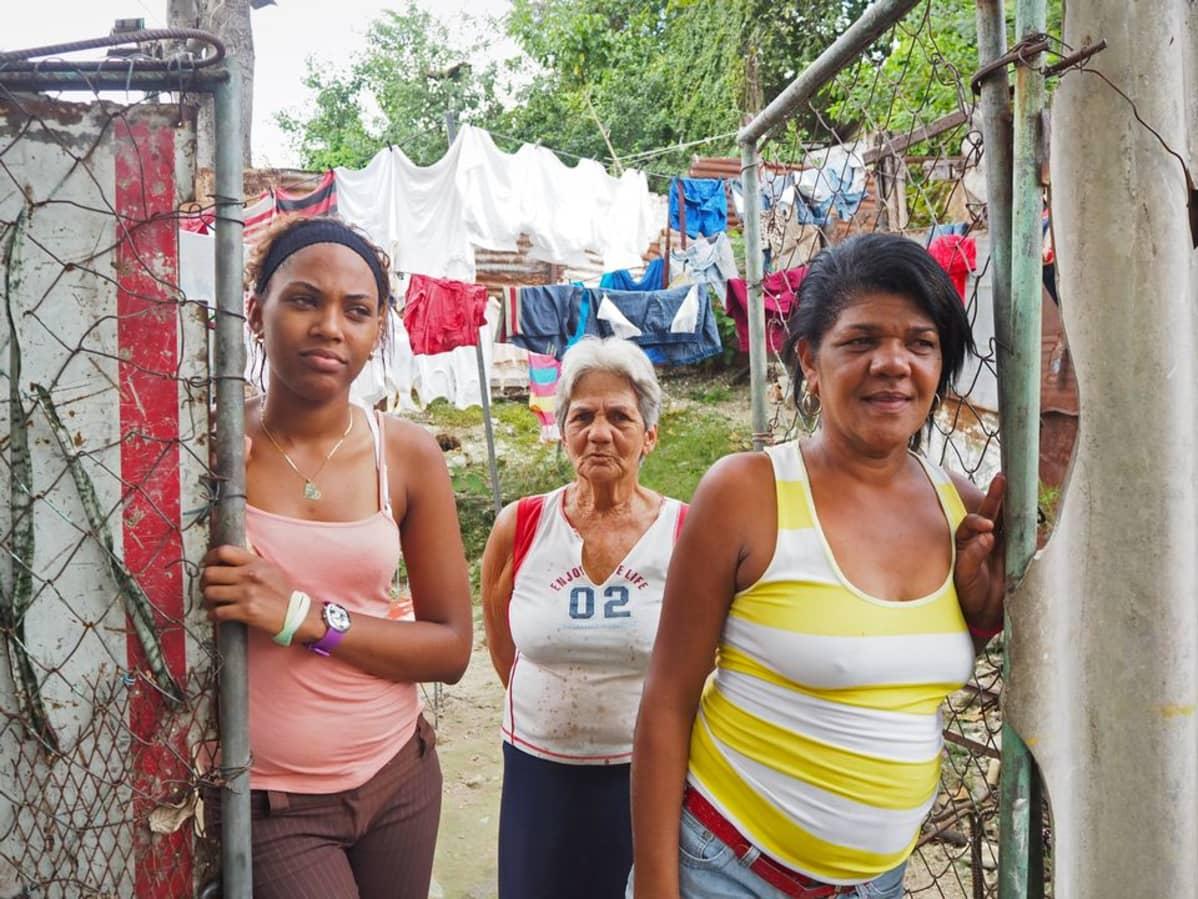 Naisia kolmessa polvessa Puente de La Lisassa.