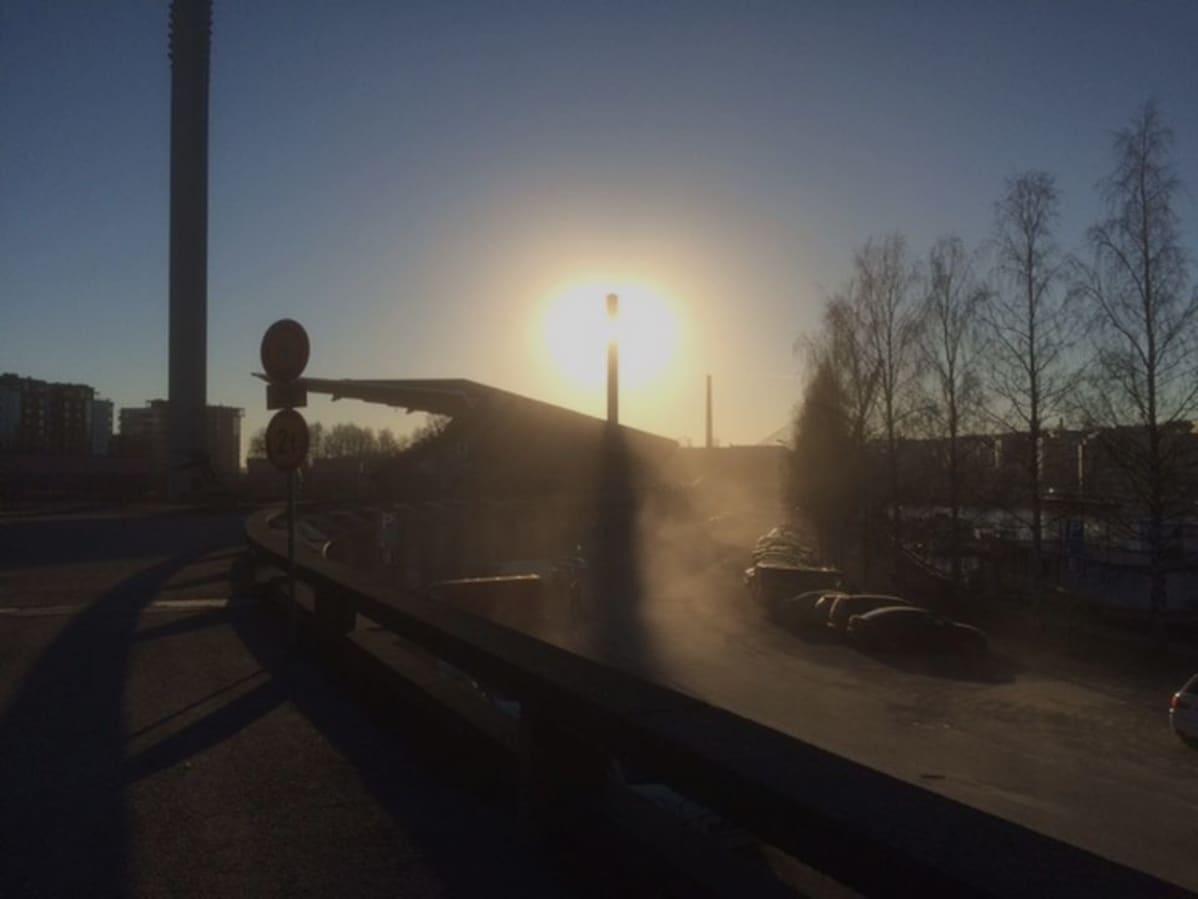 Autojen nostattamaa katupölyä parkkipaikalla Ratinassa