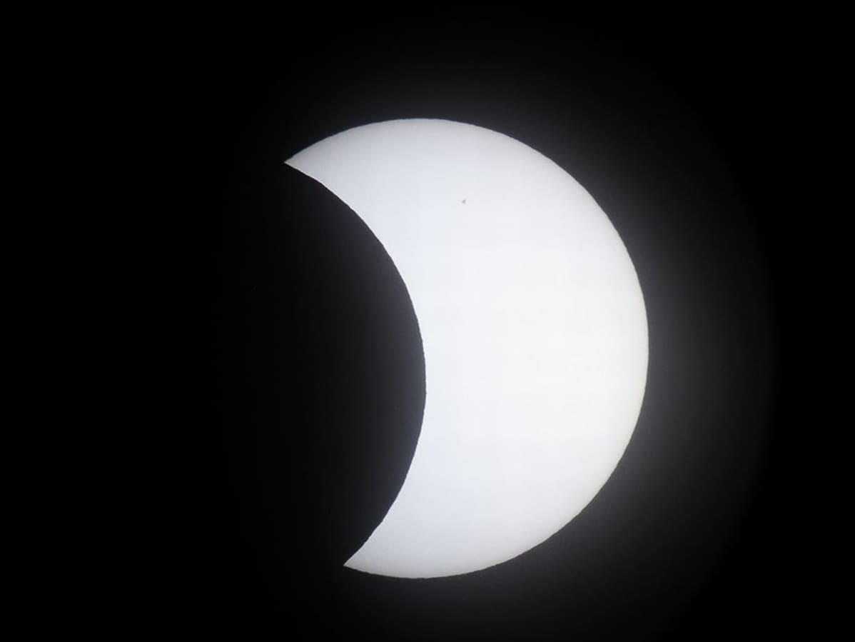 Kuva osittaisesta auringonpimennyksestä kaukoputkella kuvattuna Lahdesta.