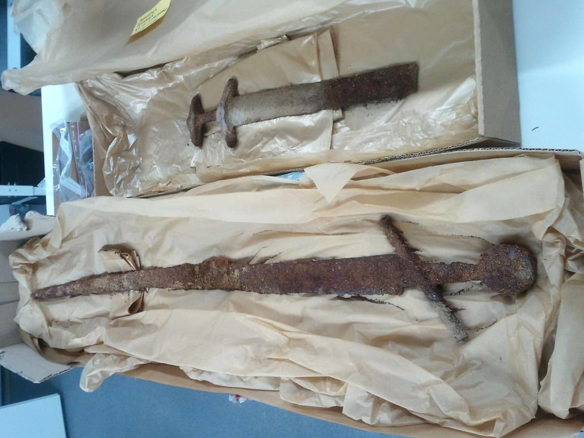 Museoviraston kuva janakkalalaisista miekkalöydöistä