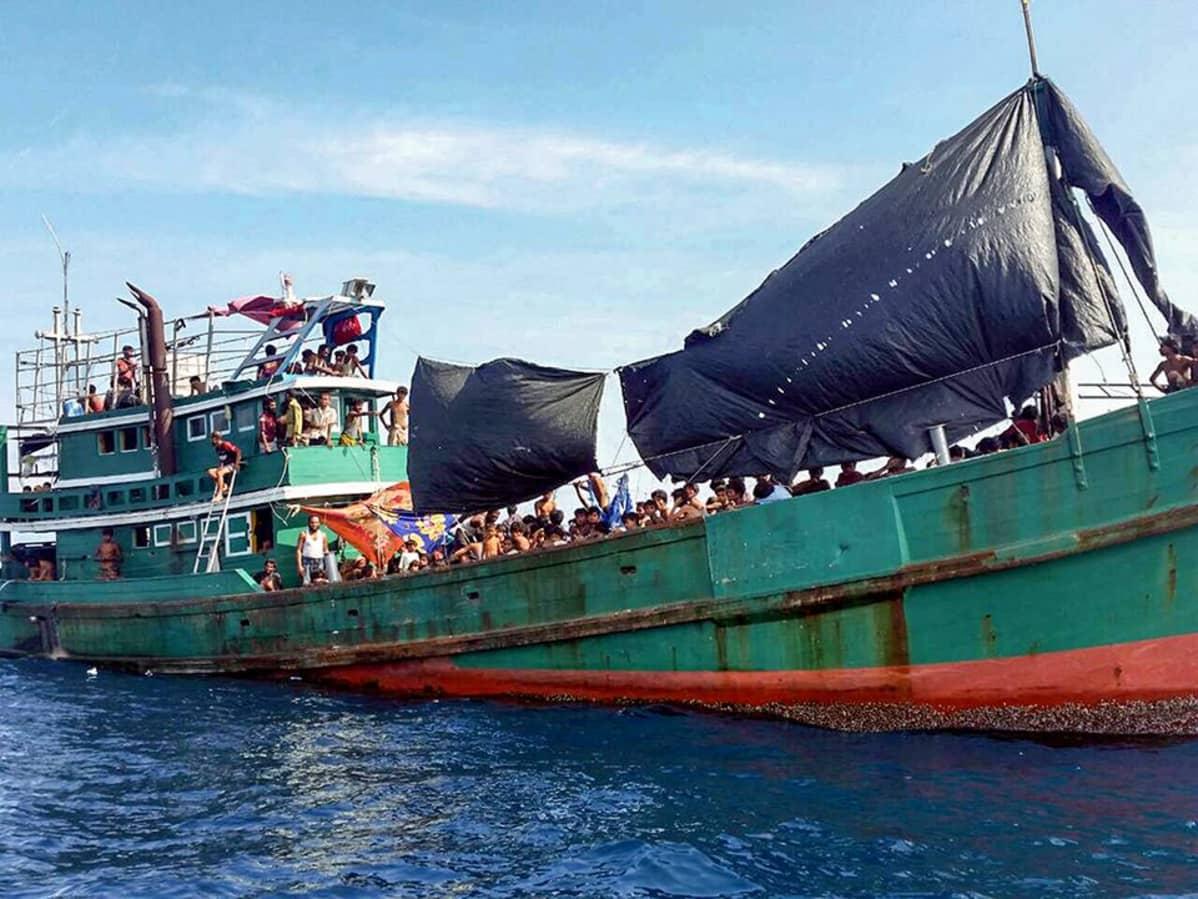 ruosteinen laiva täynnä pakolaisia