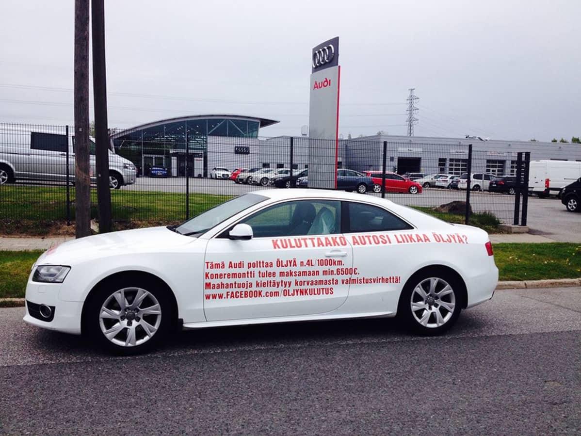 Auto, jonka kyljessä teksti kuluttaako autosi liikaa öljyä.