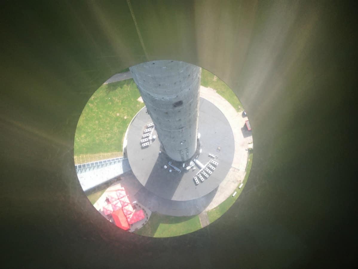 Näkymä Tallinnan Teletornin näköalatasanteen lattiassa olevasta ikkunasta.