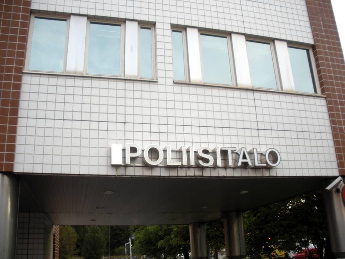 Oulun pääpoliisiaseman julkisivu, jossa teksti poliisitalo.