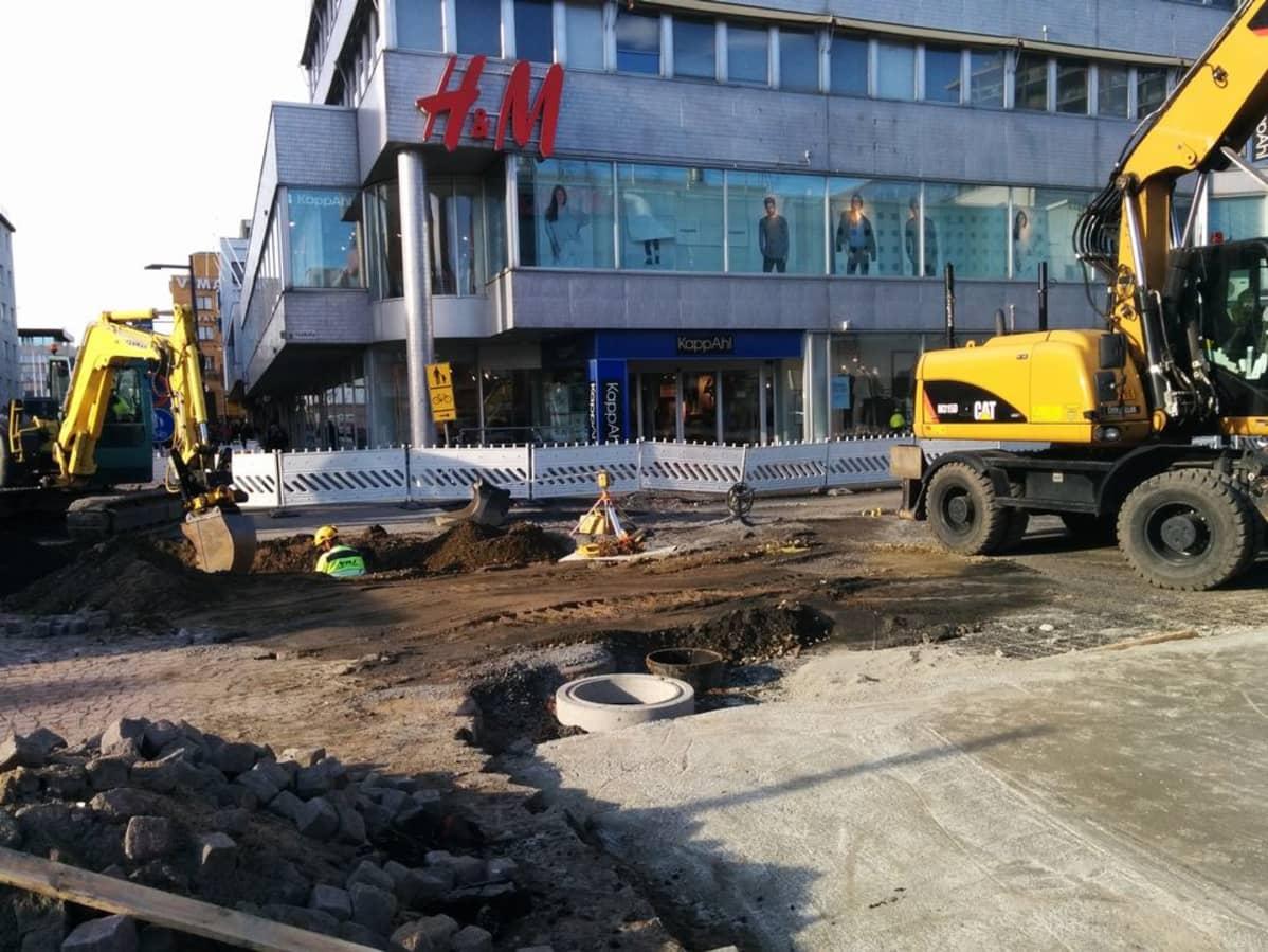 Auki revitty katu Oulun keskustassa