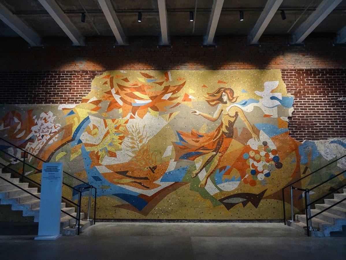 Museon aulaan on jätetty rakennuksen alkuperäinen mosaiikkityö.