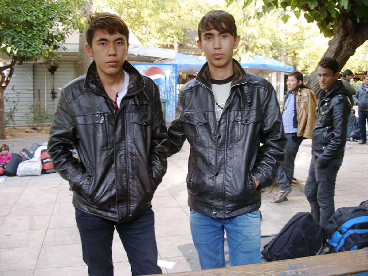 Afganistanilaiset veljekset Mohammad ja Omid Barati tähtäävät Ateenan Viktoria-aukiolta Suomeen.
