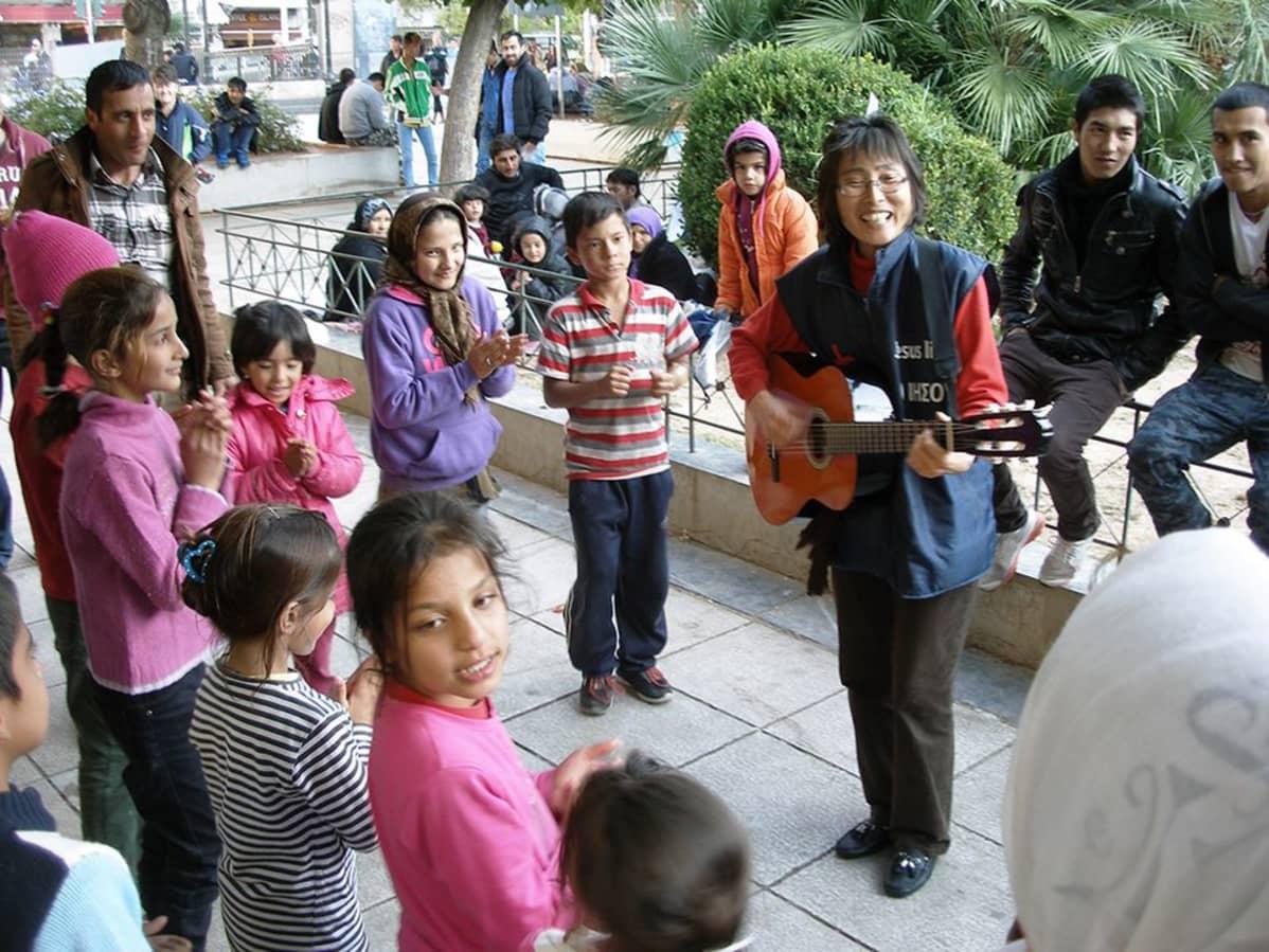 Lasten ilo on avustustyöntekijä Park Kum Mille tärkeää.