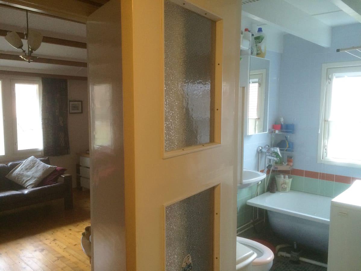 Olohuone ja kylpyhuone