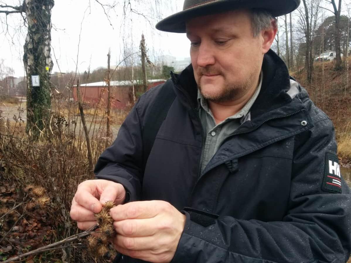 Ari-Pekka Huhta tarkastelee takiaista.