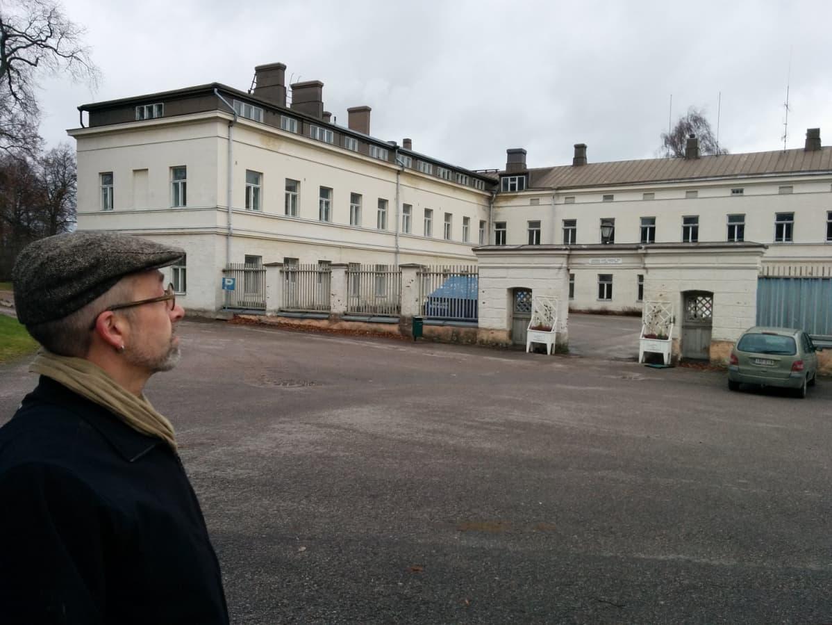 Mies katsoo Lapinlahden sairaalaa