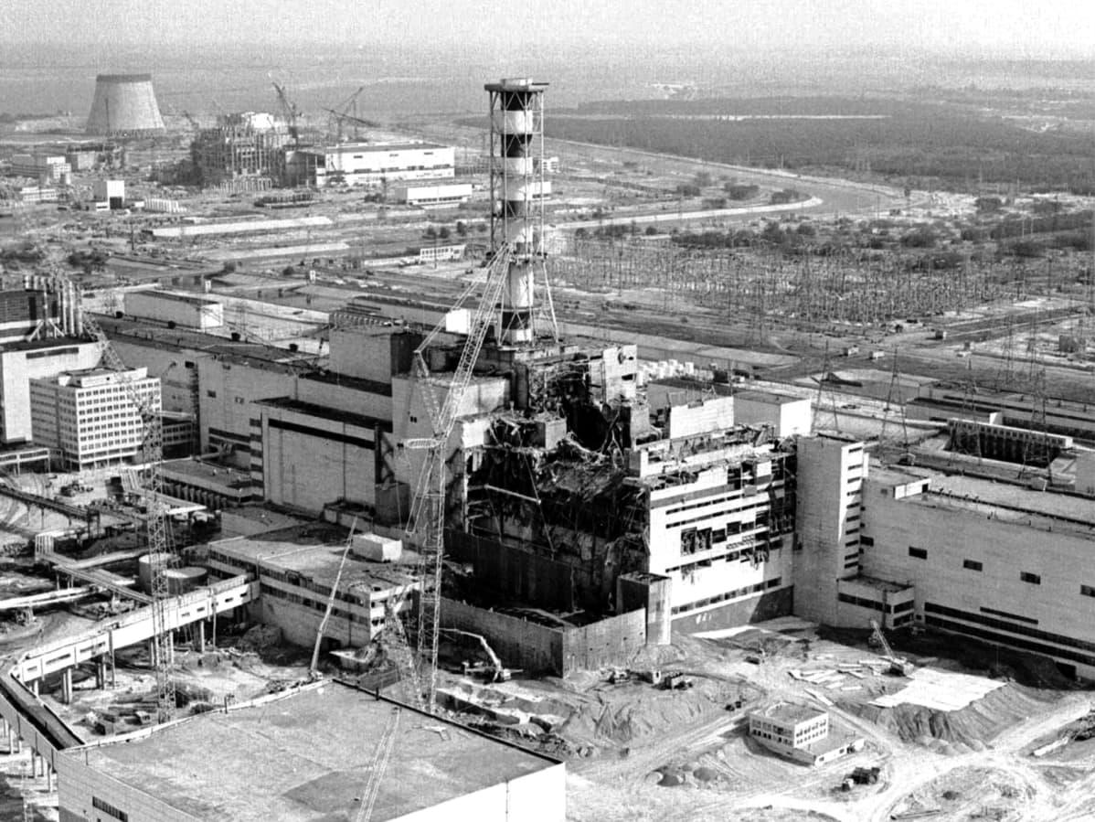 Tšernobylin ydinvoimala neljännen reaktorin räjähdyksen ja tulipalon jälkeen 26.4.1986.