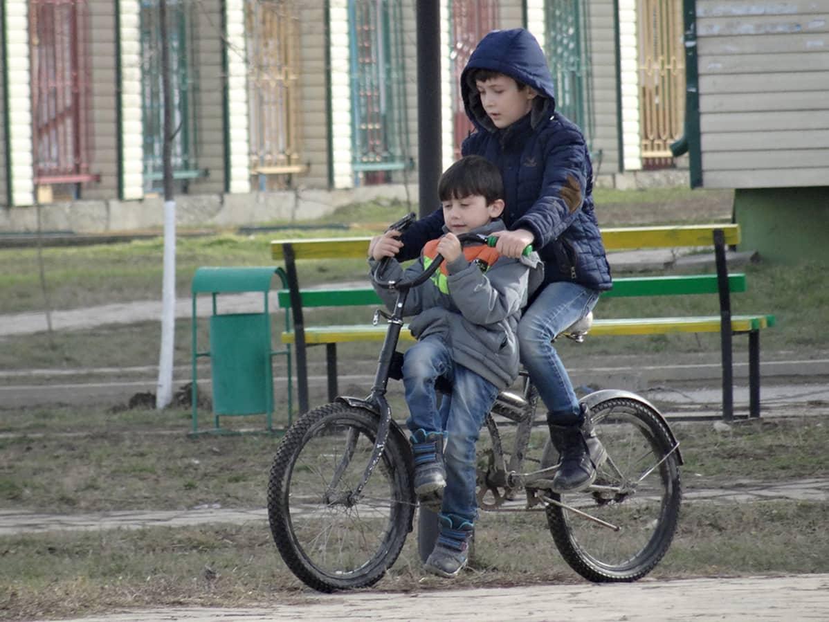 Pikkupojat pyörällä 2016