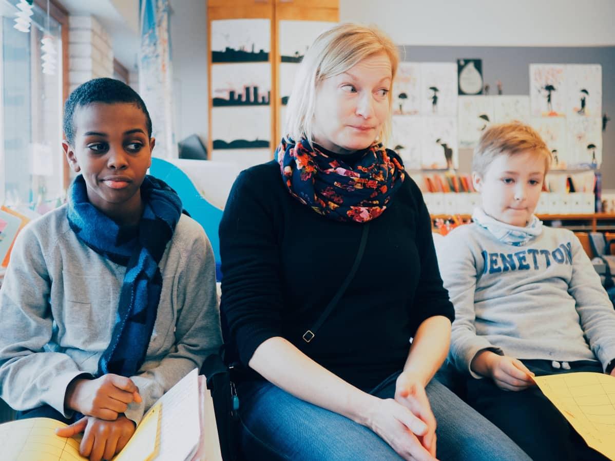 Opettaja Nina Jaakkola osaa vinkata kaikille mieluisia kirjoja.