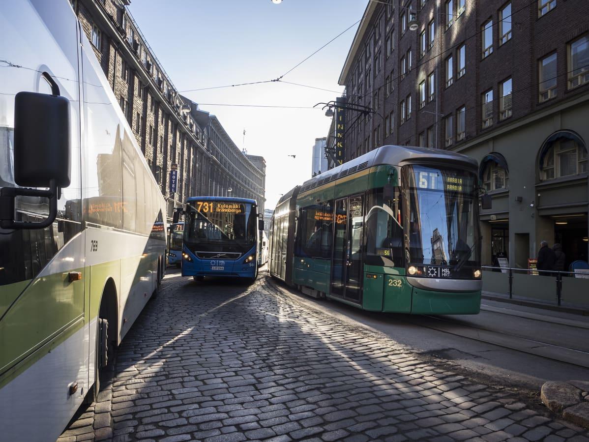 Busseja ja raitiovaunu.