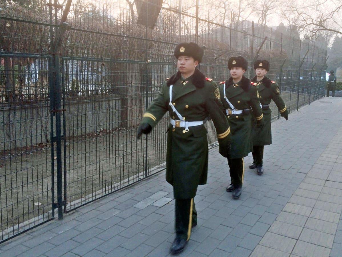 Vartiosotilaat marssimassa kadulla Pekingissä.