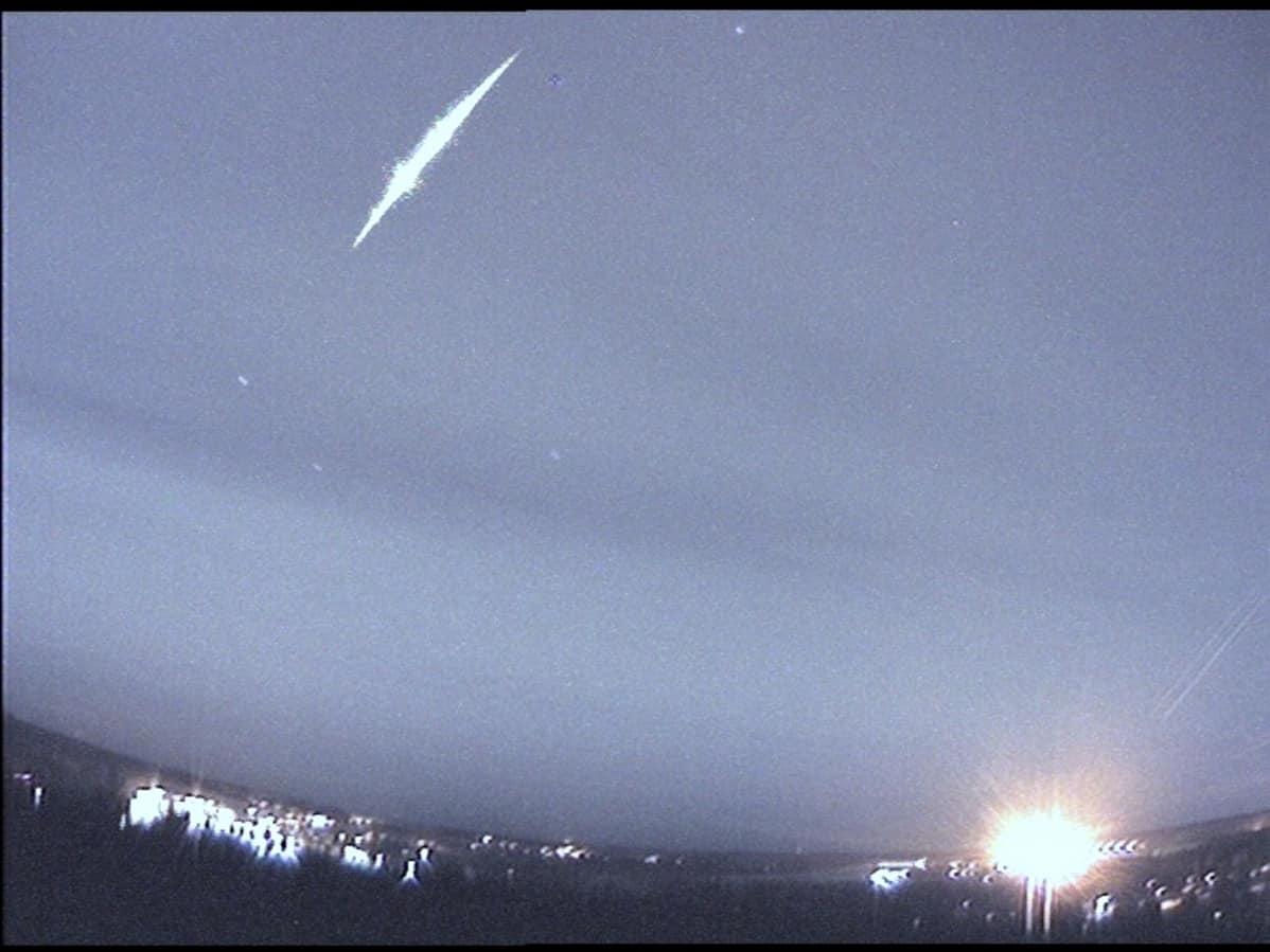 Meteoriitti taivaalla.